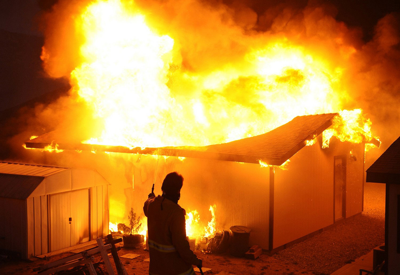 горят жилые постройки