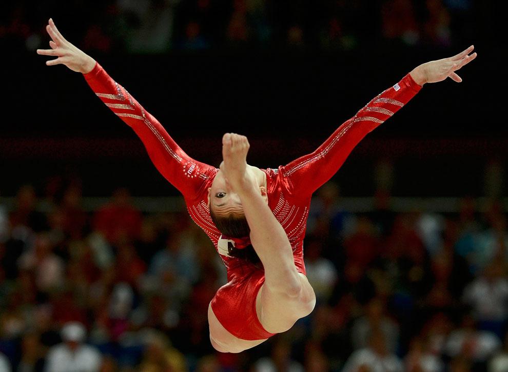 гимнастка из США на бревне, фото