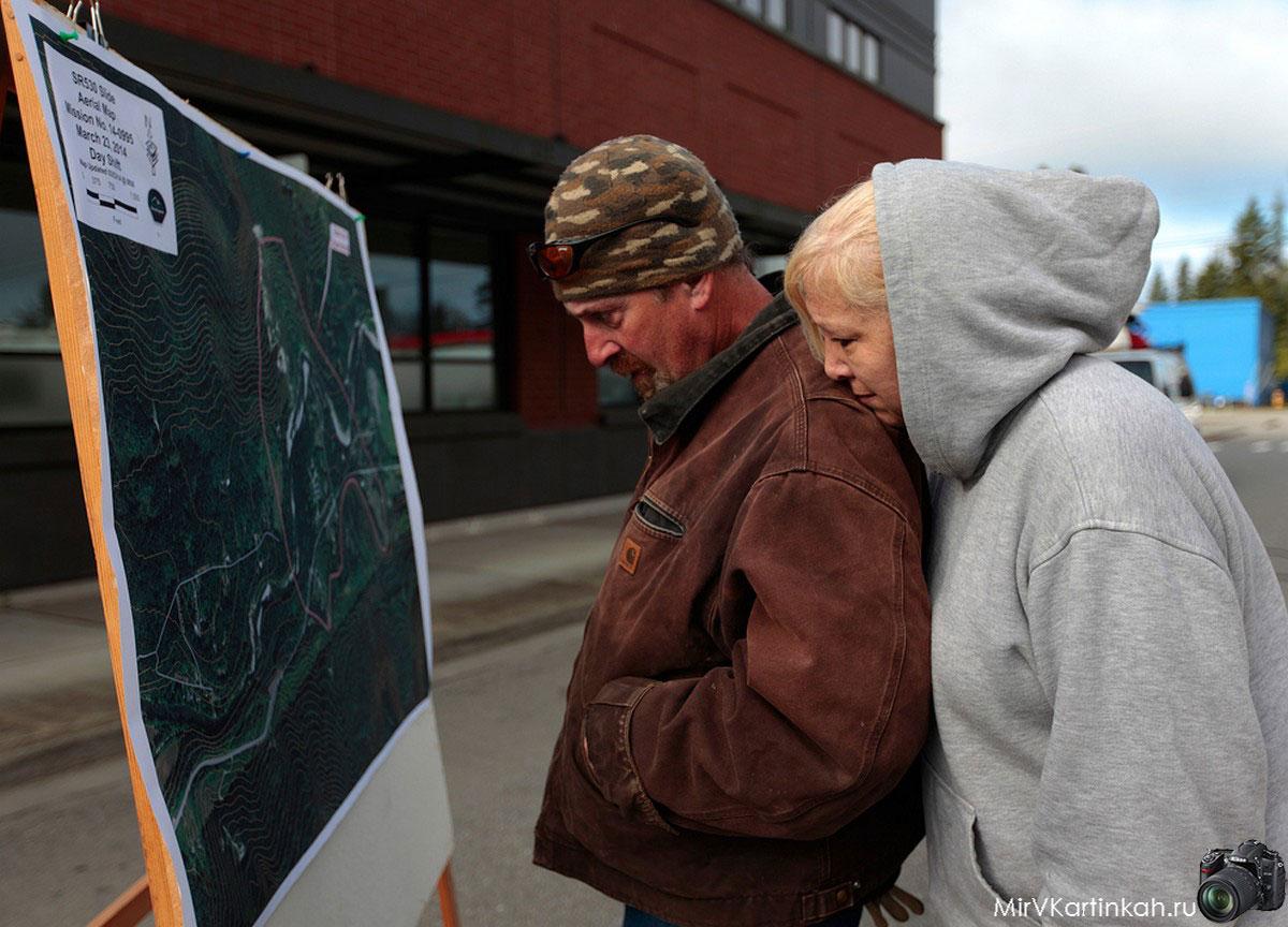 люди смотрят карту обасти