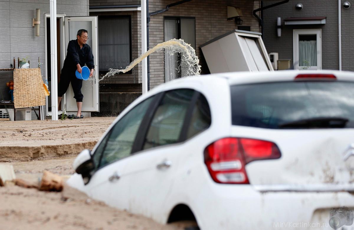 мужчина черпает воду из своего дома