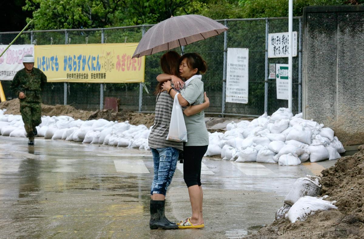 Мать утешает свою дочь