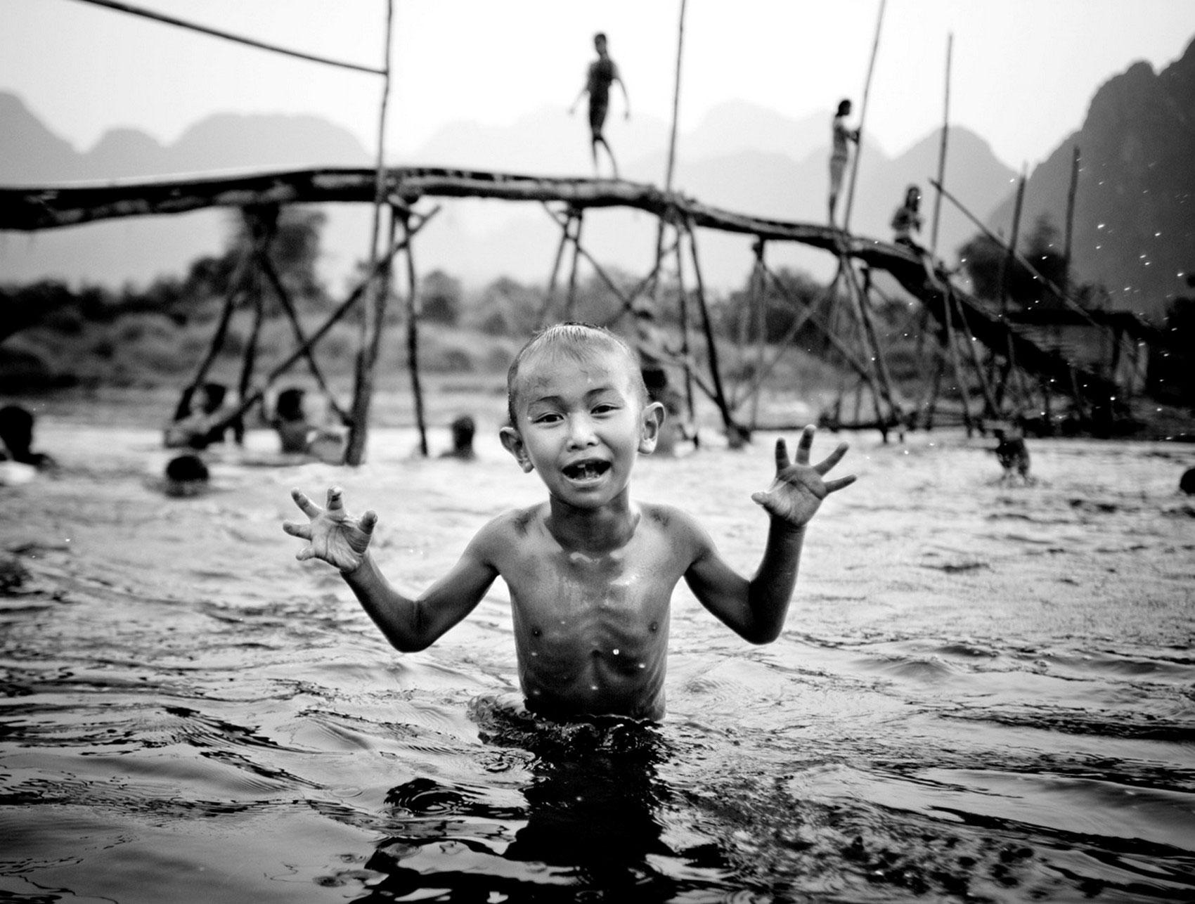 ребенок в реке