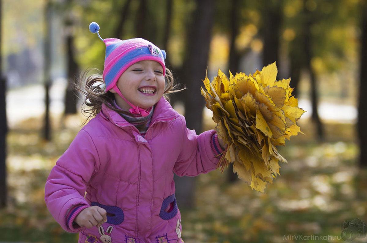 девочка с листьями