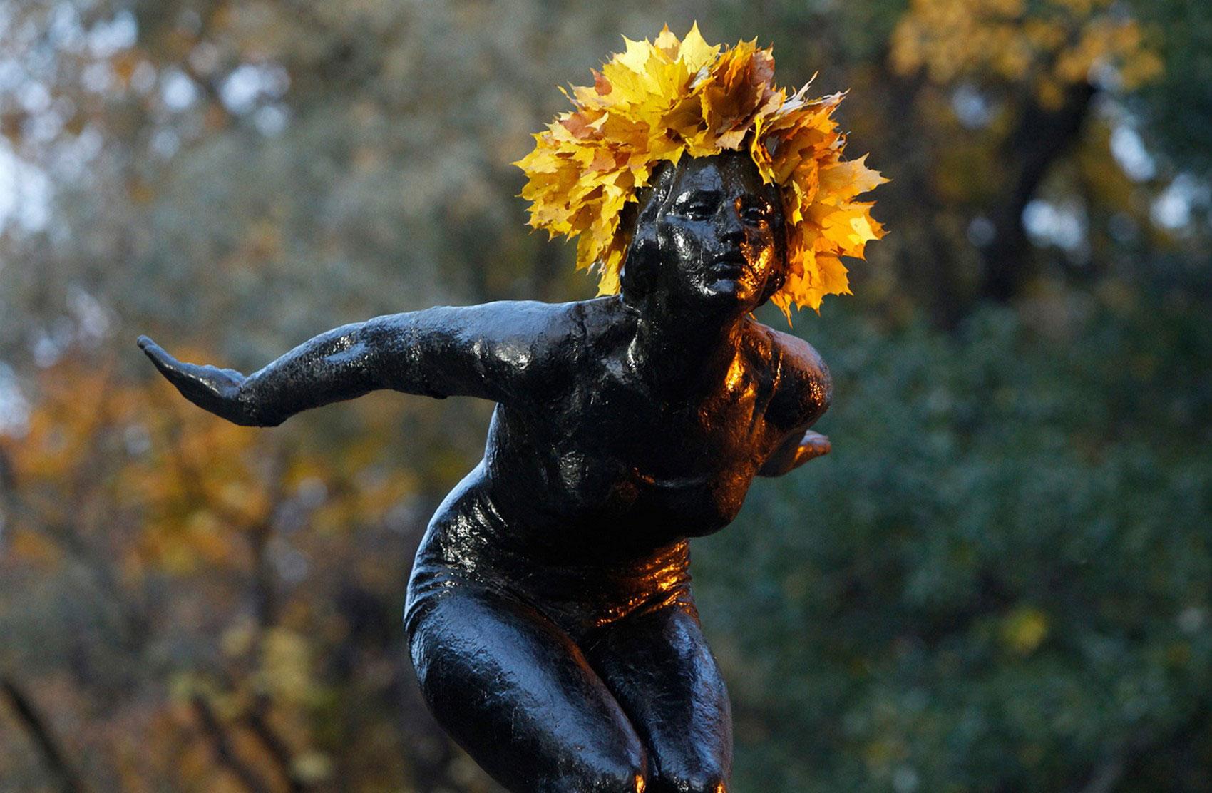 статуя в венке из листьев, фото