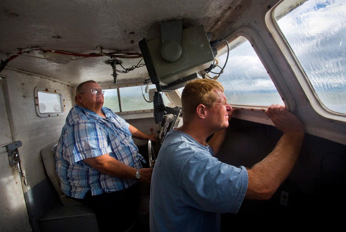 люди на рыбацкой лодке