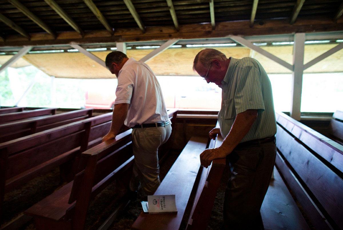 мужчины за молитвой