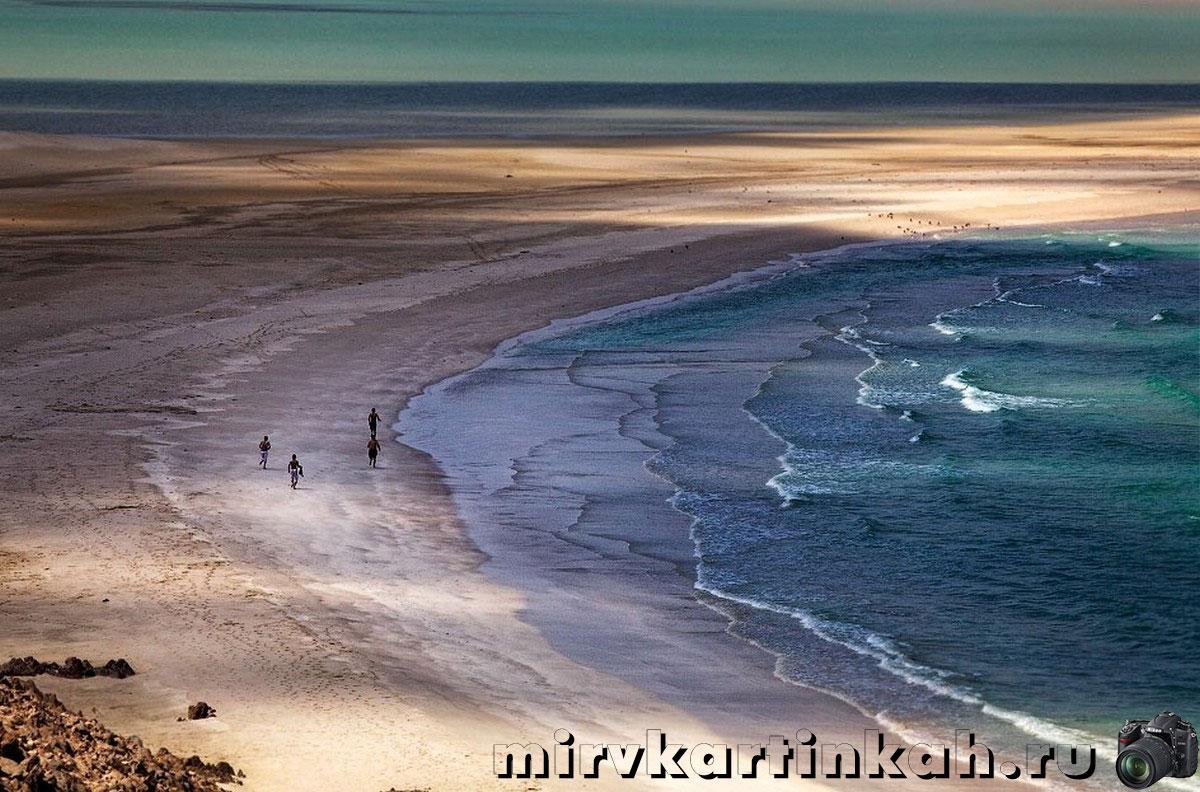 люди на пляже Каланасия