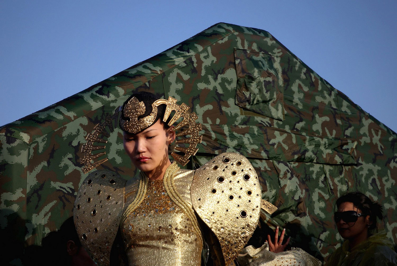 женщина в монгольском костюме
