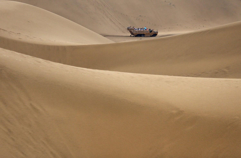 автомобиль в дюнах