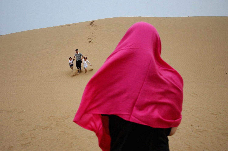 люди сбегают с дюны