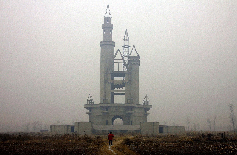 фермер на поле где строится парк развлечений, фото
