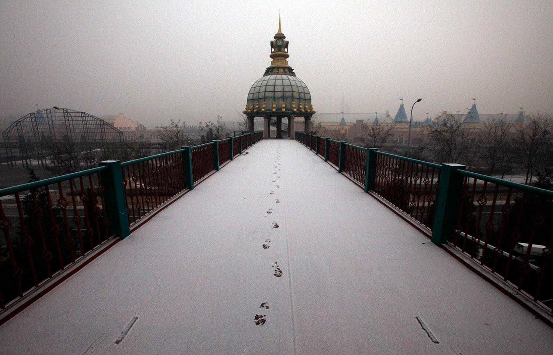 мост, ведущий в китайский парк аттракционов