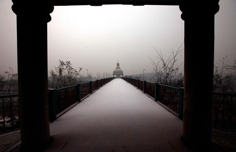 мост на поле, где строится парк развлечений в Китае
