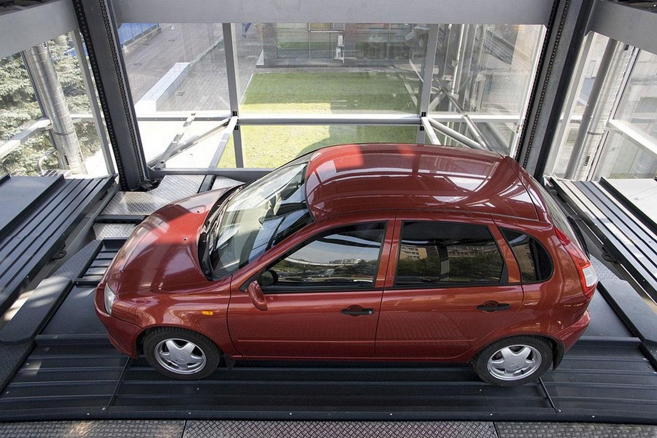Автомобиль на лифте