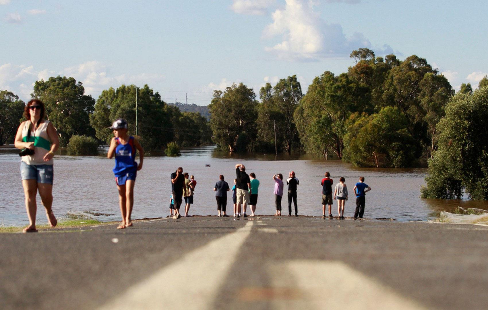 затопленная паводковыми водами дорога Австралии, фото