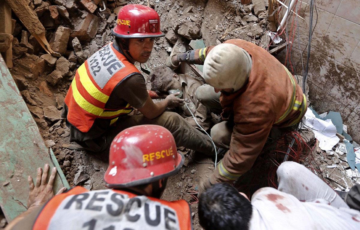 спасатели откапывают человека