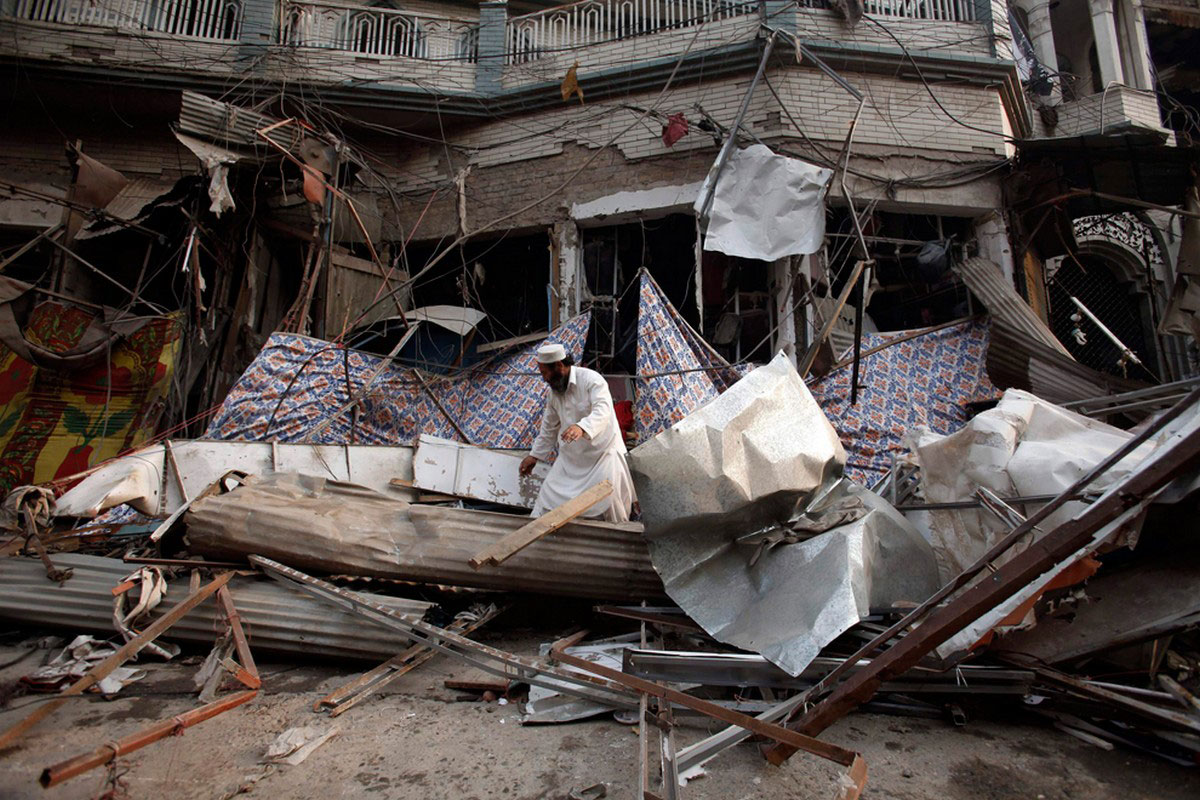 пакистанец на руинах рынка