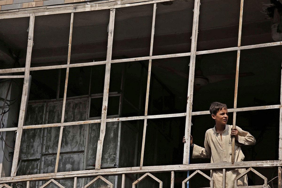 ребенок в проеме окна