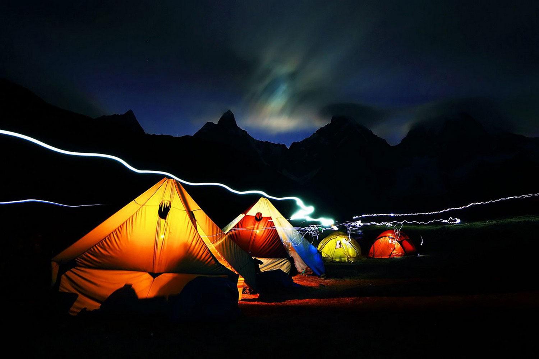палатки с туристами