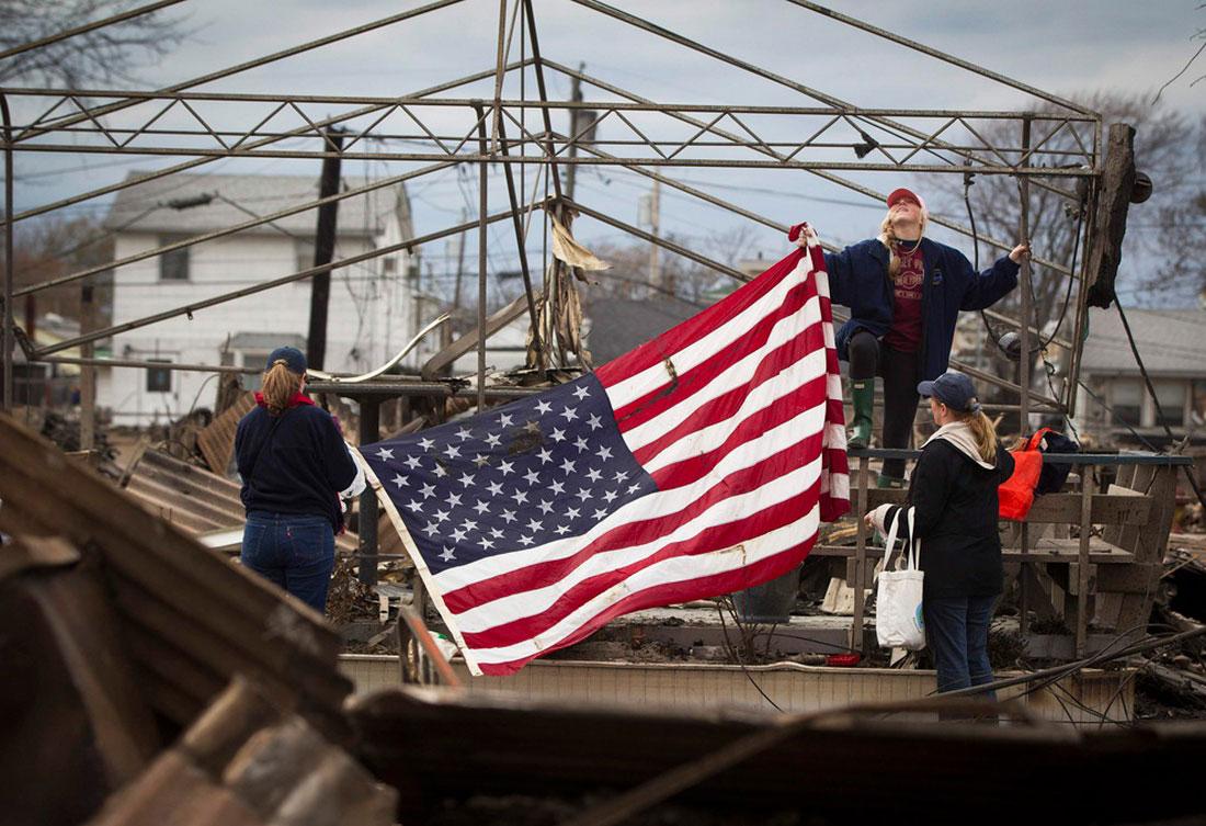 Американский флаг на месте разрушений, фото Сэнди