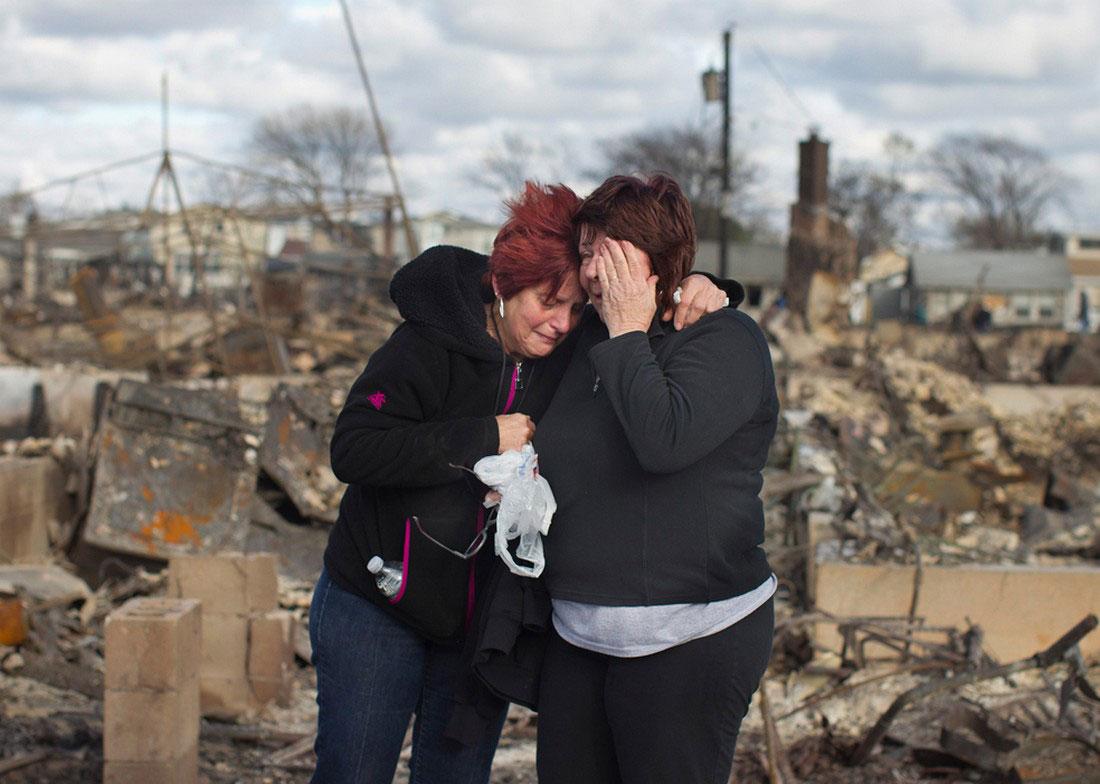 плачущие женщины, пострадавшие от урагана Сэнди, фото