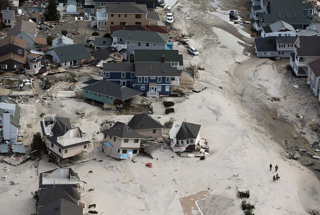 спасатели у разрушенных домов, фото