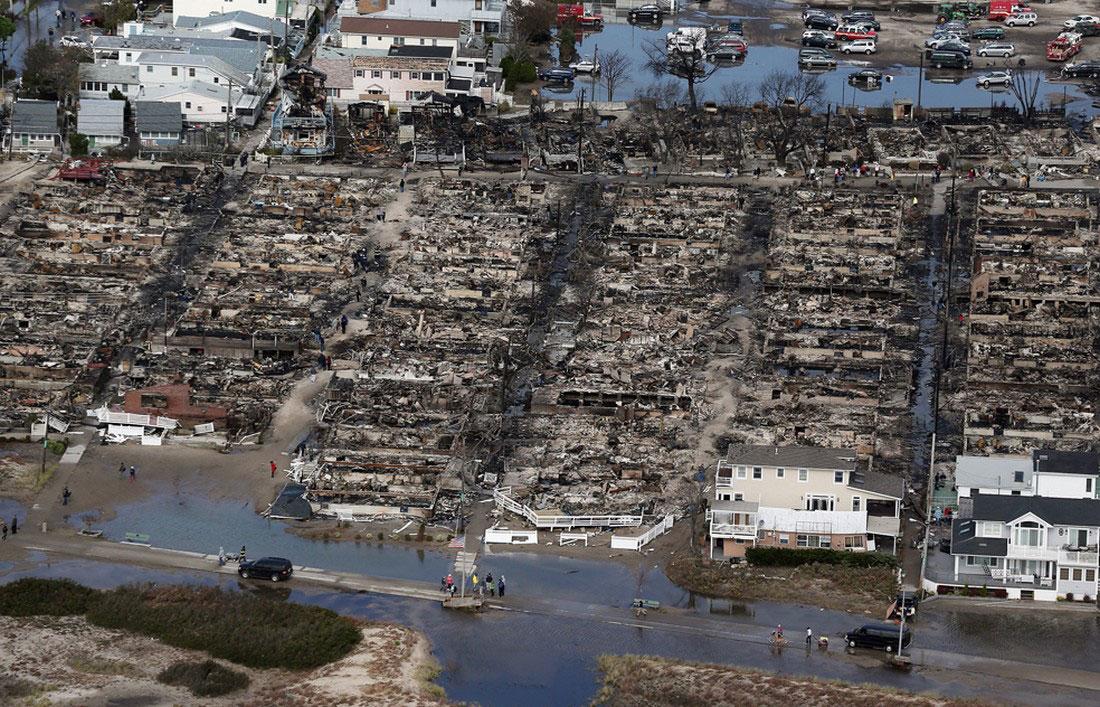 Люди собираются у своих сгоревших домов в Куинс, фото