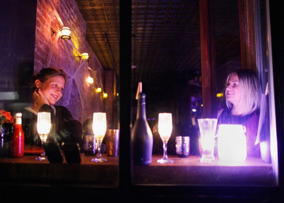 Женщины сидят в баре в Ист-Виллидж, фото