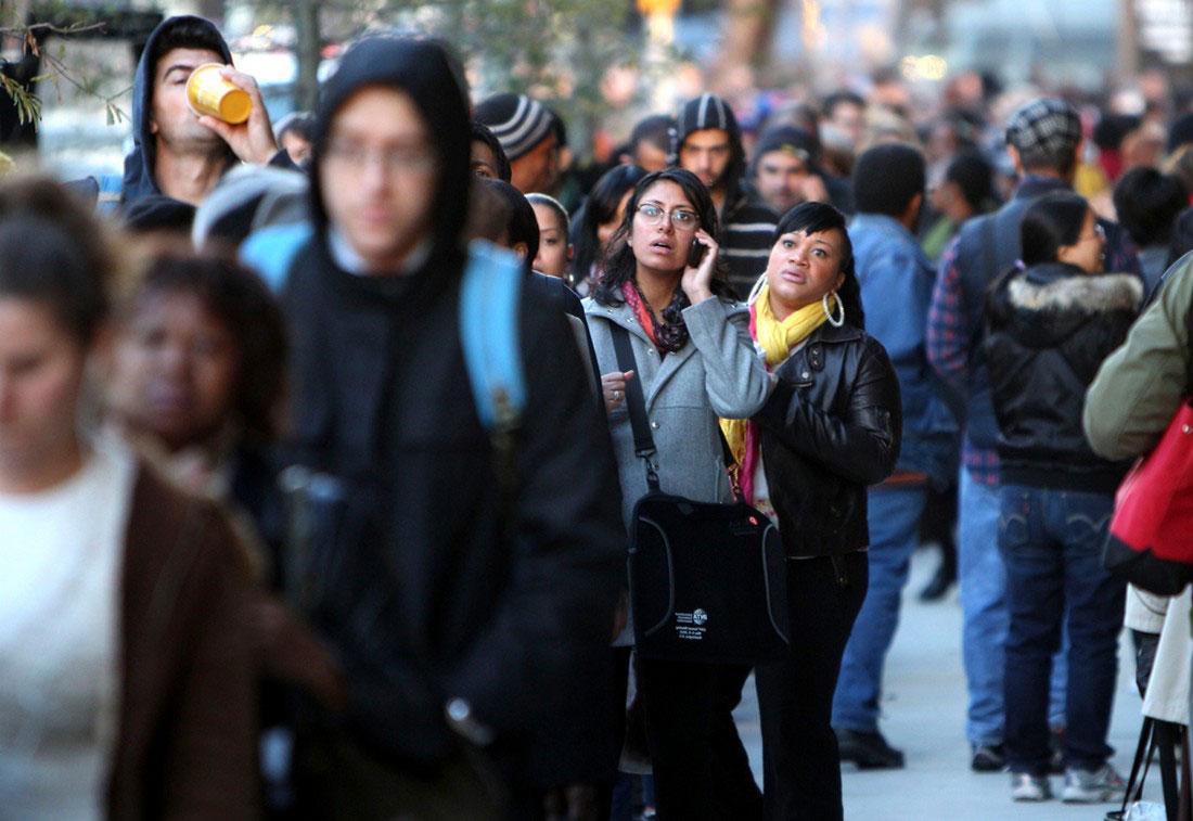 Люди ждут автобуса, фото