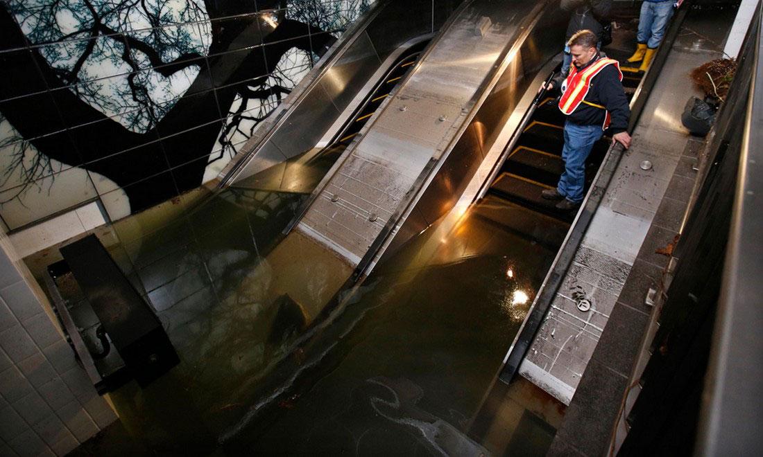 эскалаторы и платформа станции метро в нижнем Манхэттене, фото