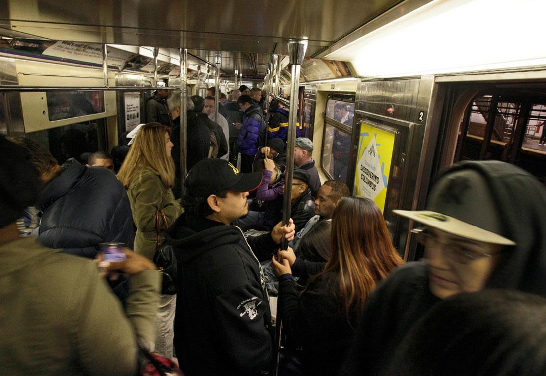 пассажиры едут в центр города на метро, фото Нью-Йорк