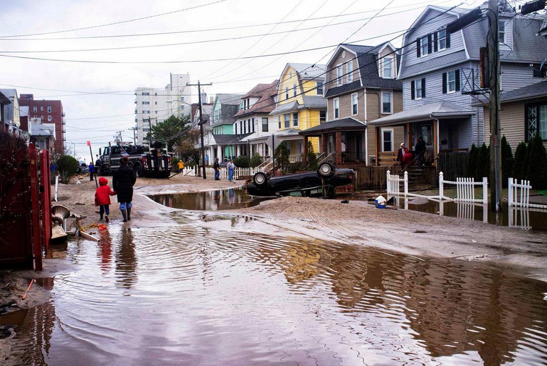 перевернутый ураганом Сэнди автомобиль, фото