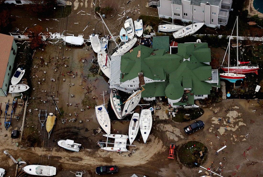 Лодки, разбросанные среди разрушенных зданий, фото