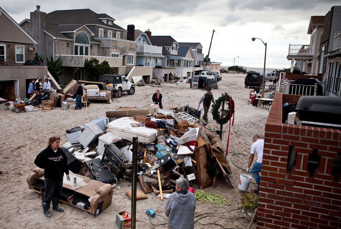 улица, пережившая сильное наводнение, фото