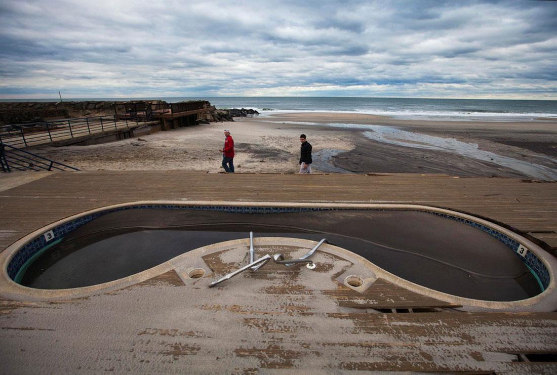 Мужчины осматривают пляжный бассейн, фото