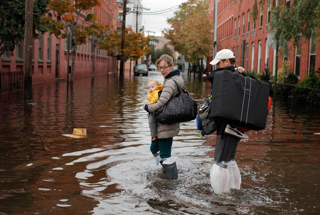 Семья идет по затопленной улице, фото