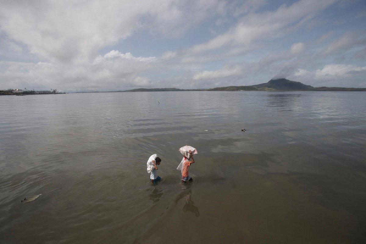 люди с мешками в воде