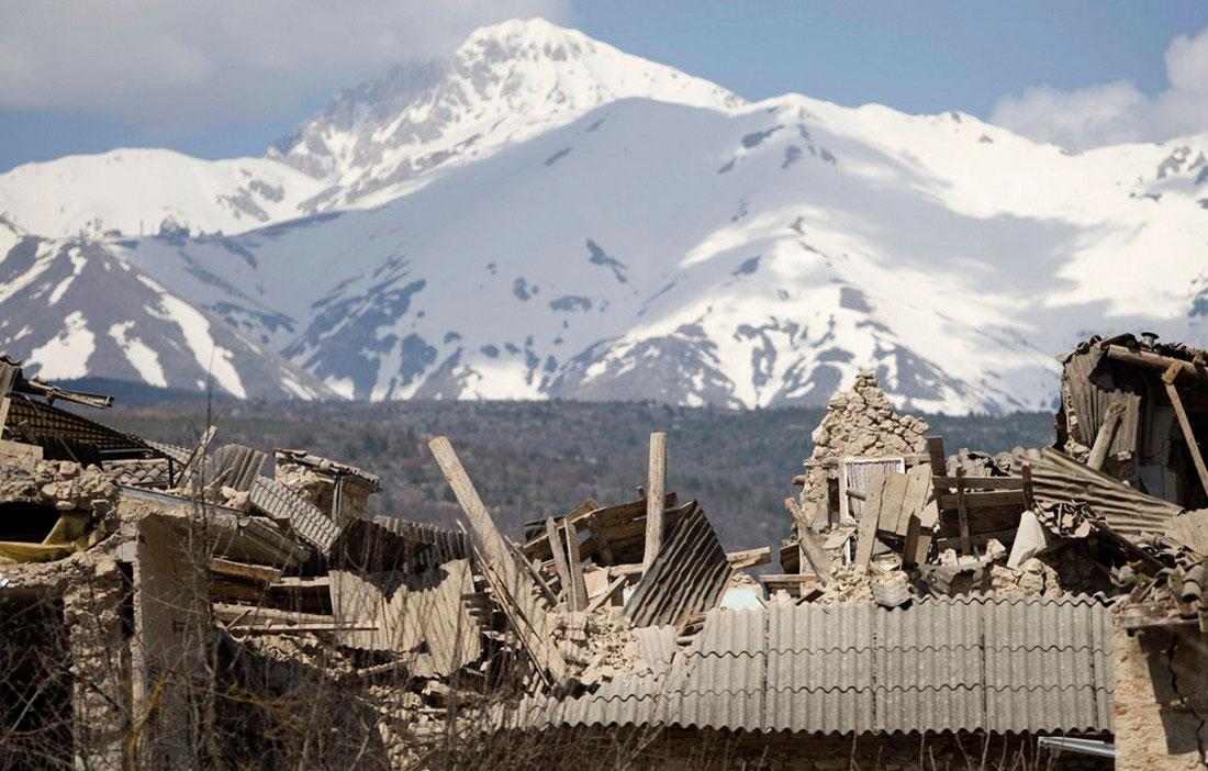 Разрушенные землетрясением дома, фото