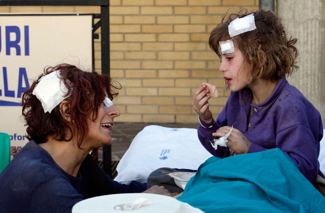 мама и дочь в больнице Италии, фото землетрясения