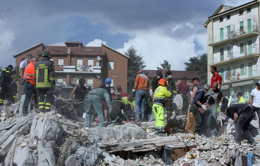 Спасатели ищут погребенных под завалами людей, фото