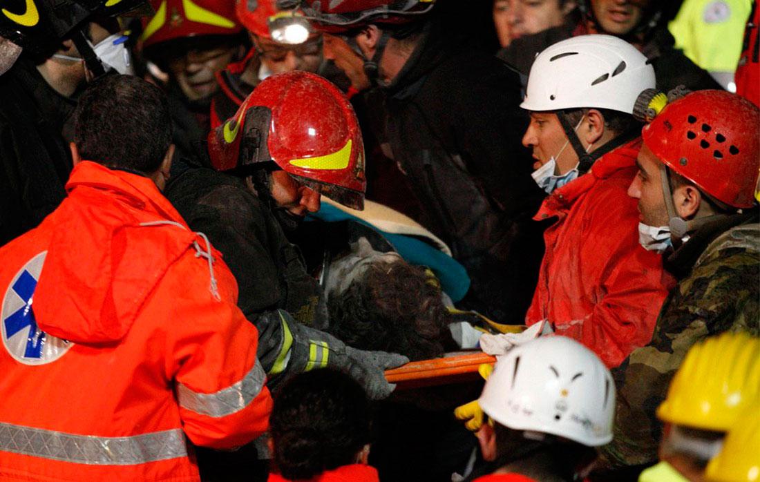 Спасатели транспортируют одного из выживших после землетрясения в Италии, фото