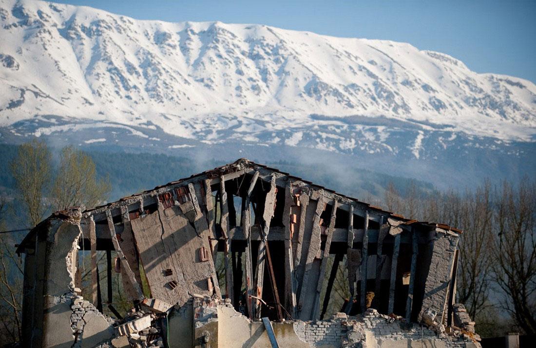 Разрушенный дом в деревне Онна в Италии, фото
