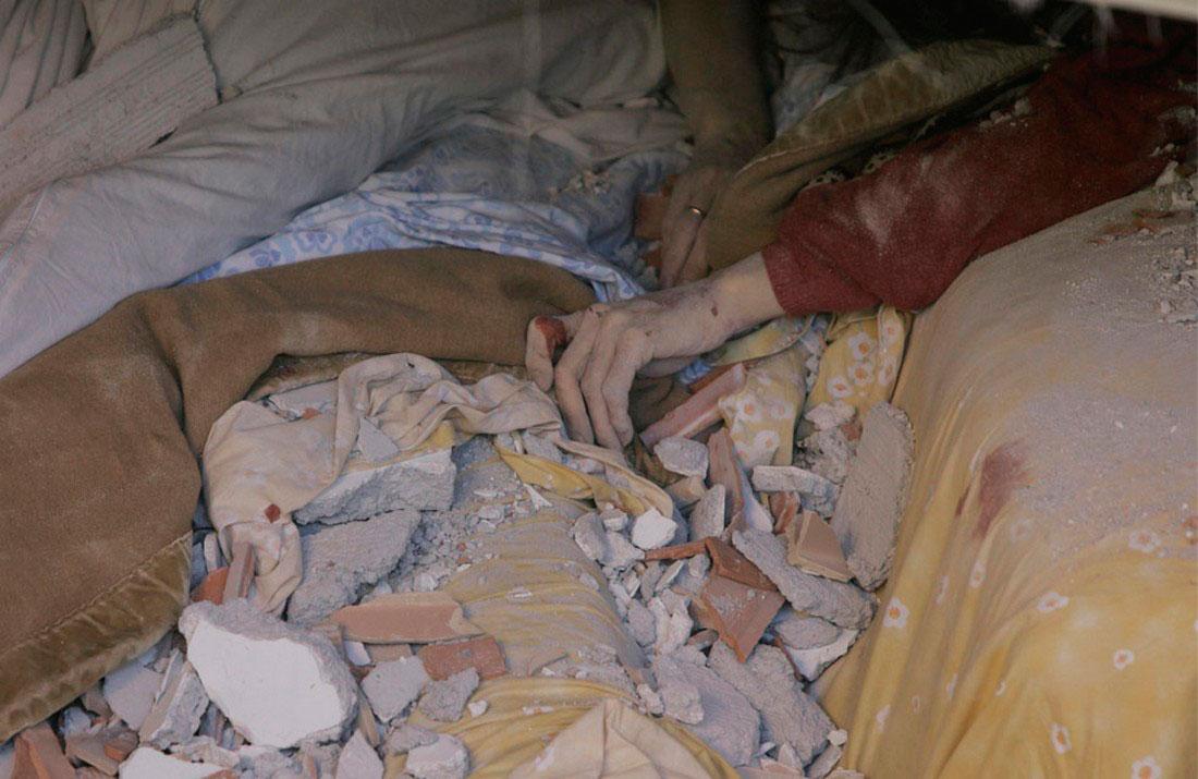 Безжизненные тела под обломками зданий, фото