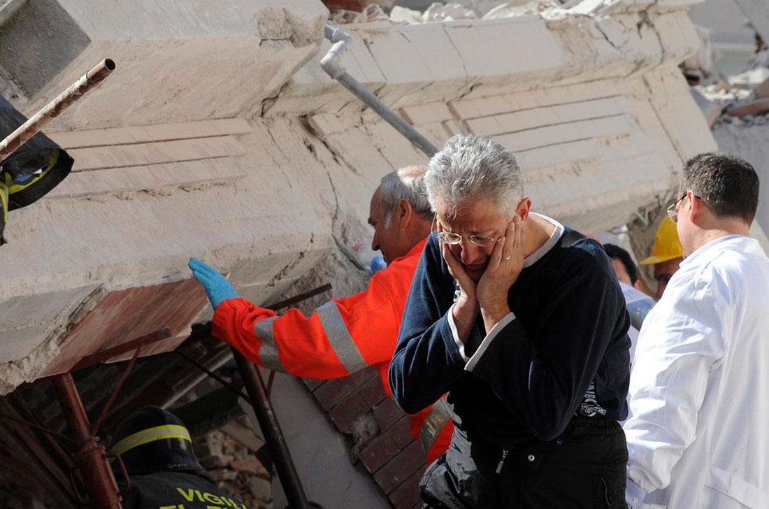 Спасатели ищут выживших после землетрясения в Италии, фото