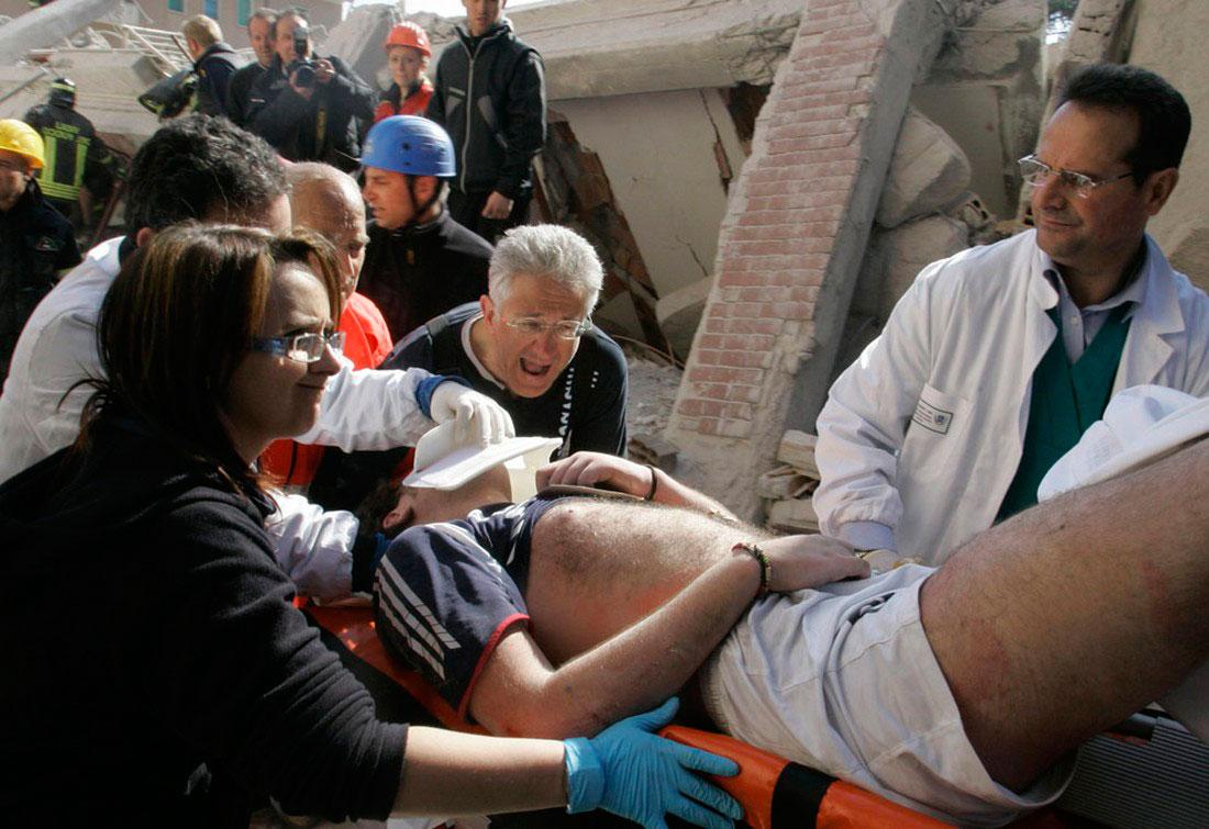 Спасатели нашли мужчину после землетрясения в Италии, фото