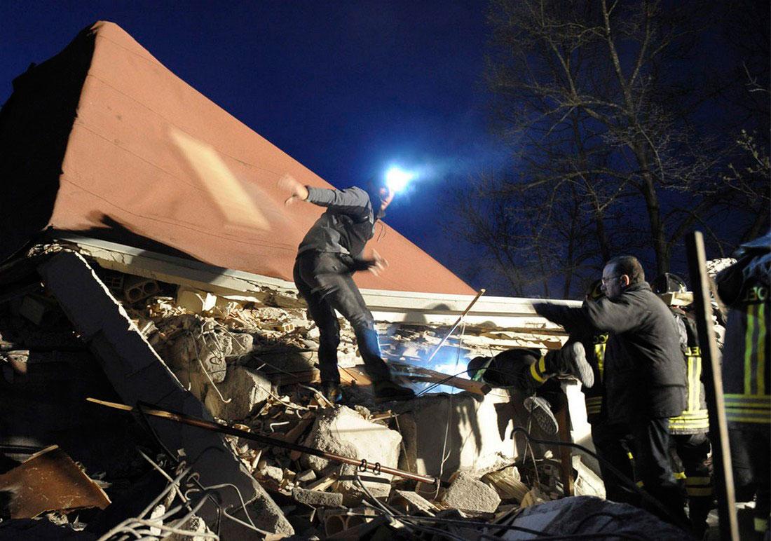 обрушившиеся от землетрясения здания, фото