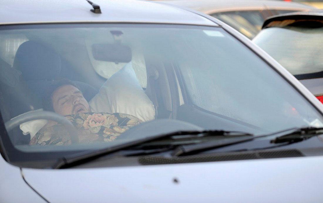 Мужчина спит в машине в Италии, фото