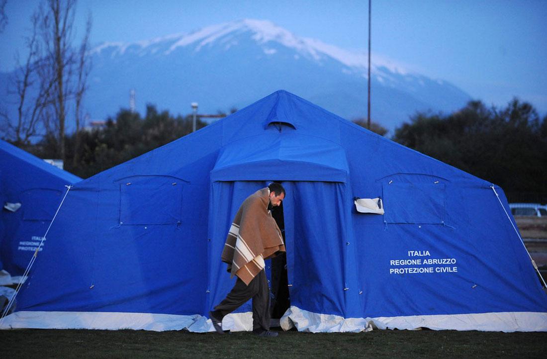люди в эпицентре землетрясения, фото из Италии