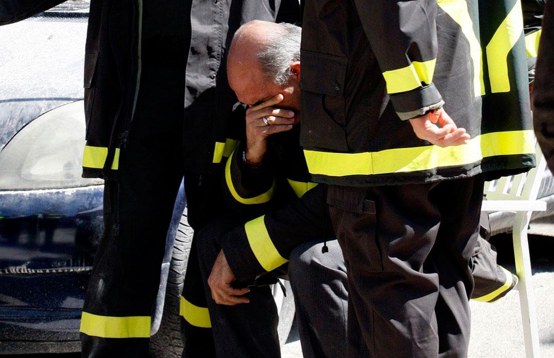 мужчина скорбит о потери дочери после землетрясения, фото
