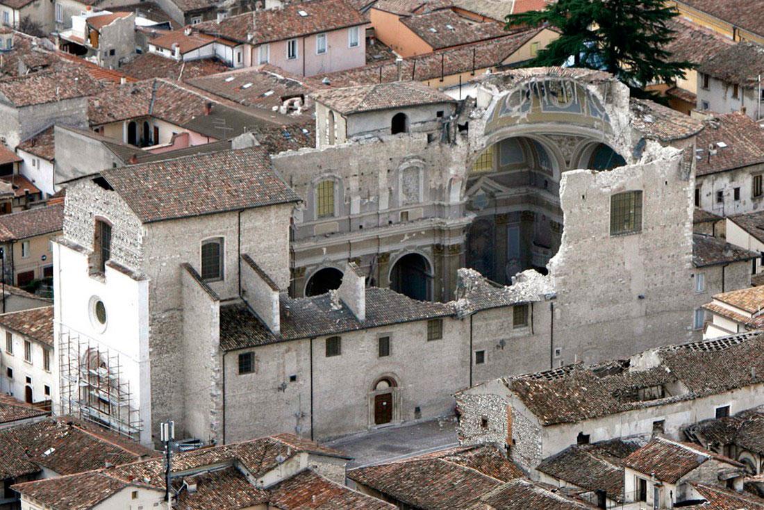 Церковь после мощного землетрясения в Италии, фото